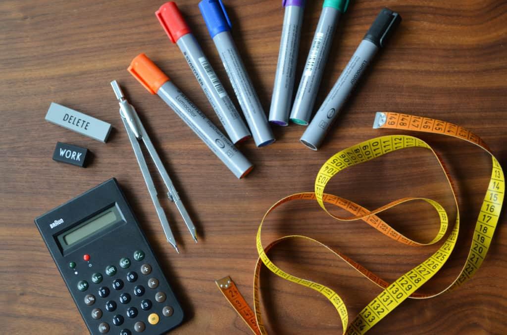 Stifte, Zirkel, Taschenrechner und Maßband